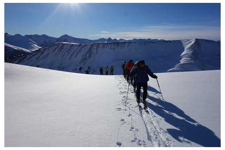 esquiadores de montaña de camino hacia la cima del tuc de parros, pedescaus y cap de clòsos detrás