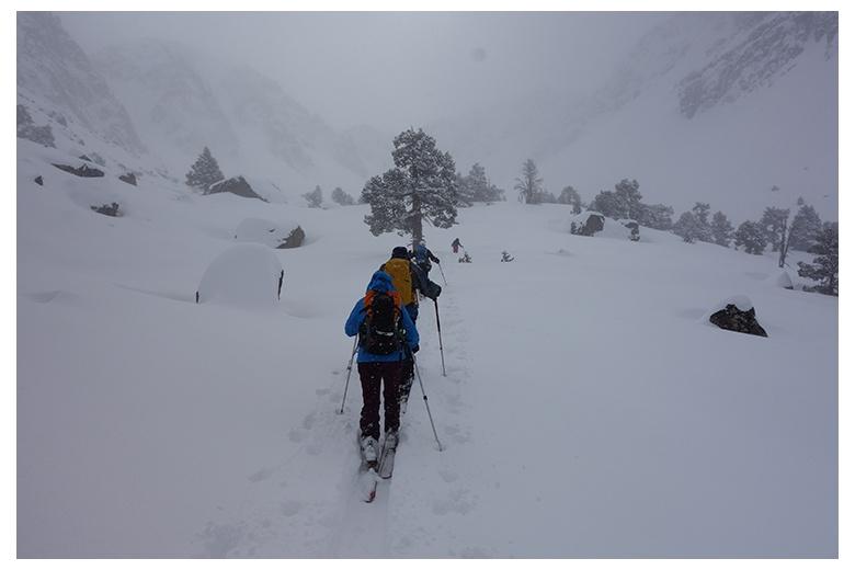 esquiadores de montaña avanzando a través la val de gerber durante gran nevada