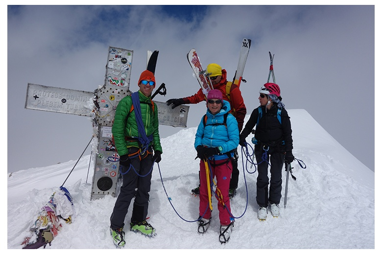 popular picture of mountaing skiers around the cross at the top of the Aneto