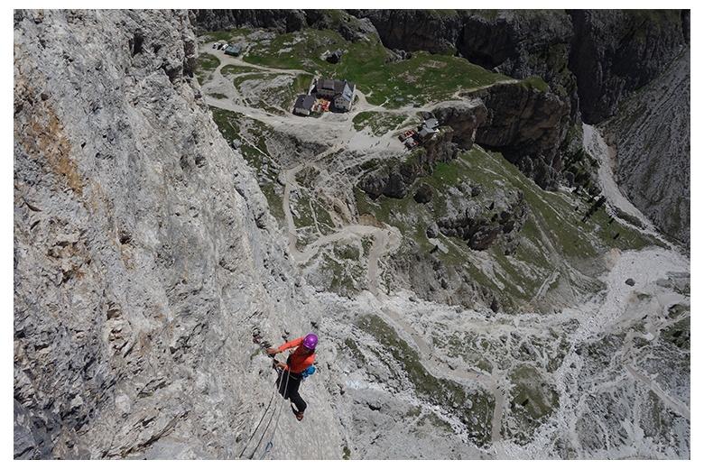 escalada en la vía steger a la punta emma con refugio vajolet abajo