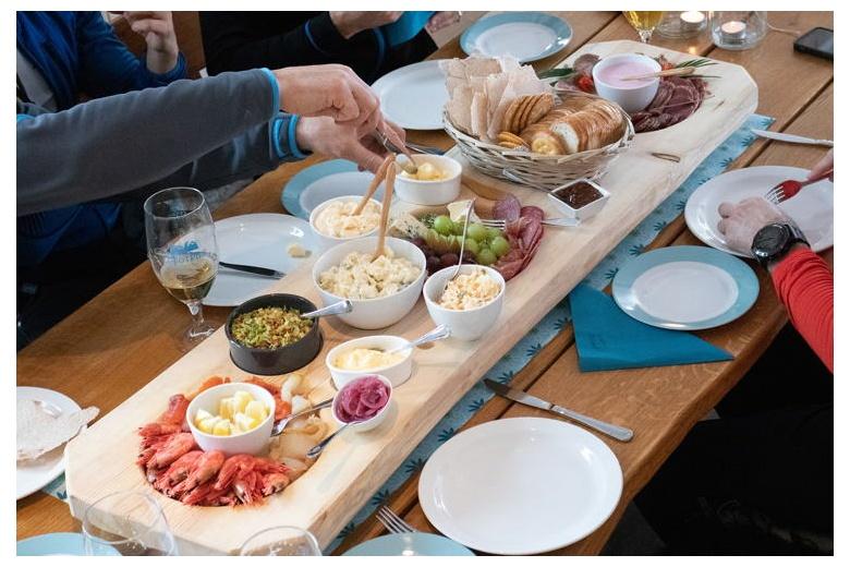 mesa con comida tipica noruega