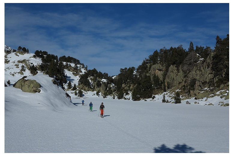 group of skiers through estanh obago in colomèrs