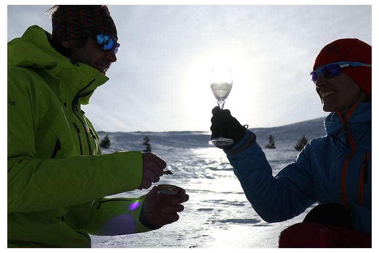 pareja disfrutando del momento de poder degustar tanto el caviar como el cava nacarii