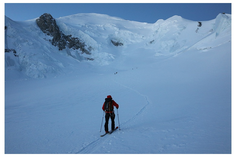 tour skier on track to mont blanc summit
