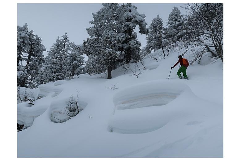 esquiador de montaña abriendo huella a través de mucha nieve recién caída en la ascensión al tuc dera aubeta