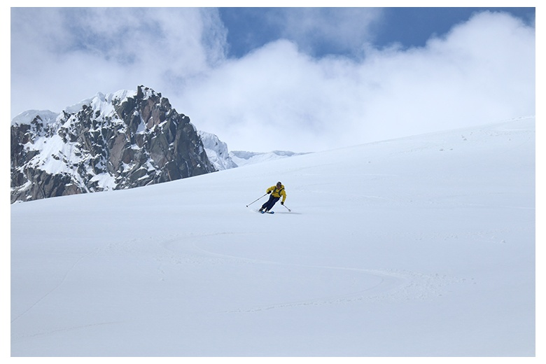skier taking profit of the splendid run down the Aneto, more than 1200m of constant slope
