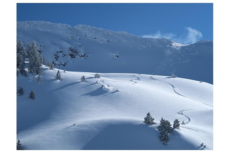 bajada del tuc de sendrosa en nieve polvo recien acumulada sin ni una huella