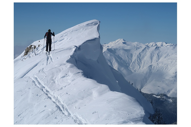 esquiador de montaña a punto de coronar el petit sendrosa