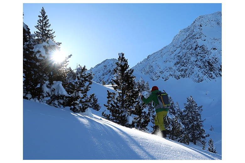 esquiador de montaña subiendo hacia el coth der lac glaçat desde el estany gelat