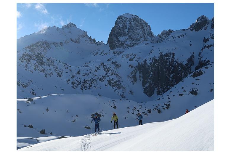 esquiadores de montaña descendiendo hacia refugio ventosa con muy bonita vista del pa de sucre al fondo
