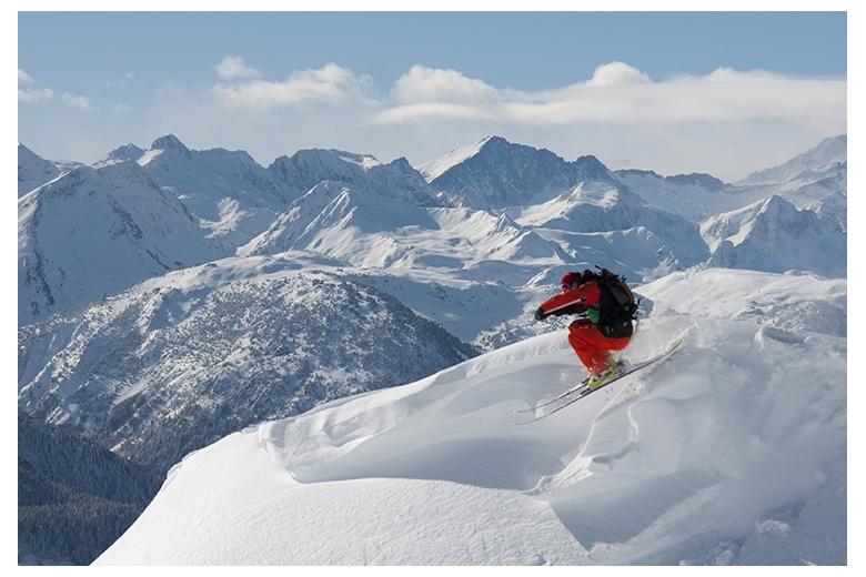 esquiador saltando una cornisa en una de las bajadas del teso dera mina hacia bonaigua