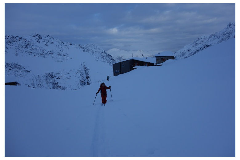 skier leaving the silvrettahutte before sun