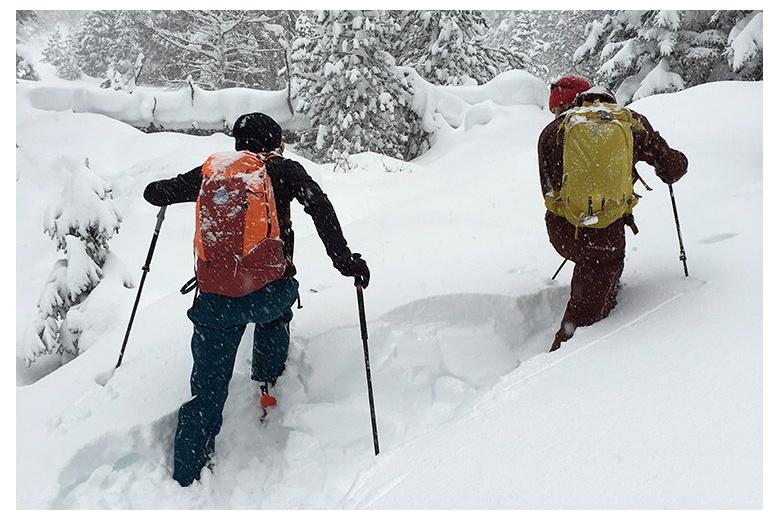 esquiadpres de travesía intentan abrir huella en el valle de aigaumòg a través de la enorme cantidad de nieve caída