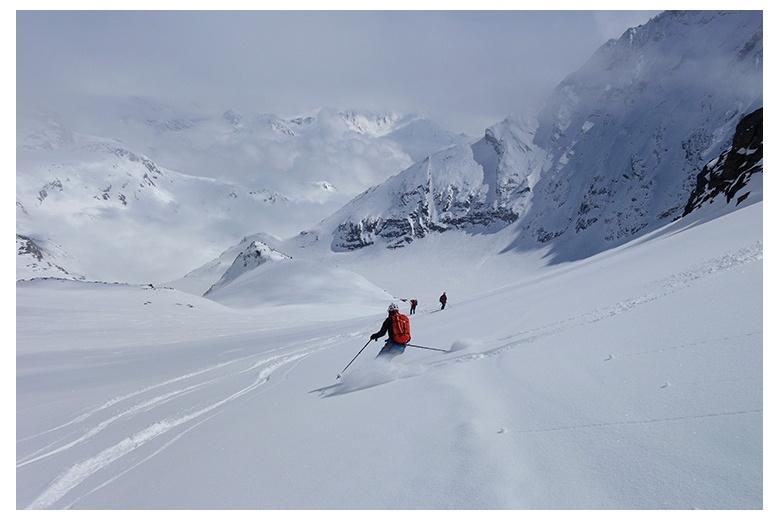 esquiadores de montaña en nieve polvo en la bajada del Col Labby por el Glaciar Mahure