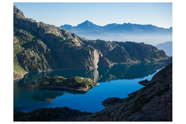 impressive picture of lac de mar from the drac de tumeneia at sunrise